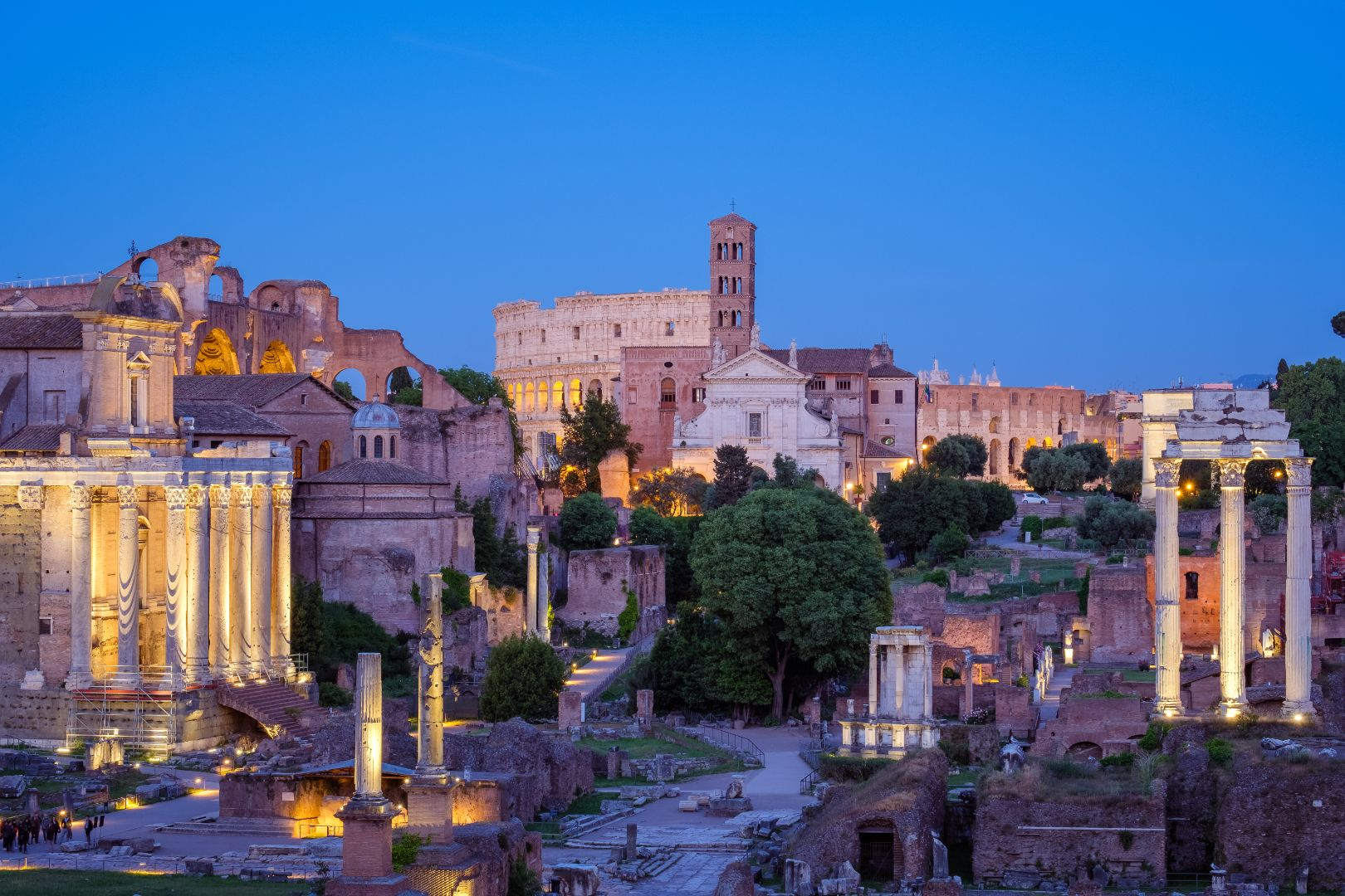 forum-romanum-and-colosseum-in-rome-after-sunset-P46PKDK